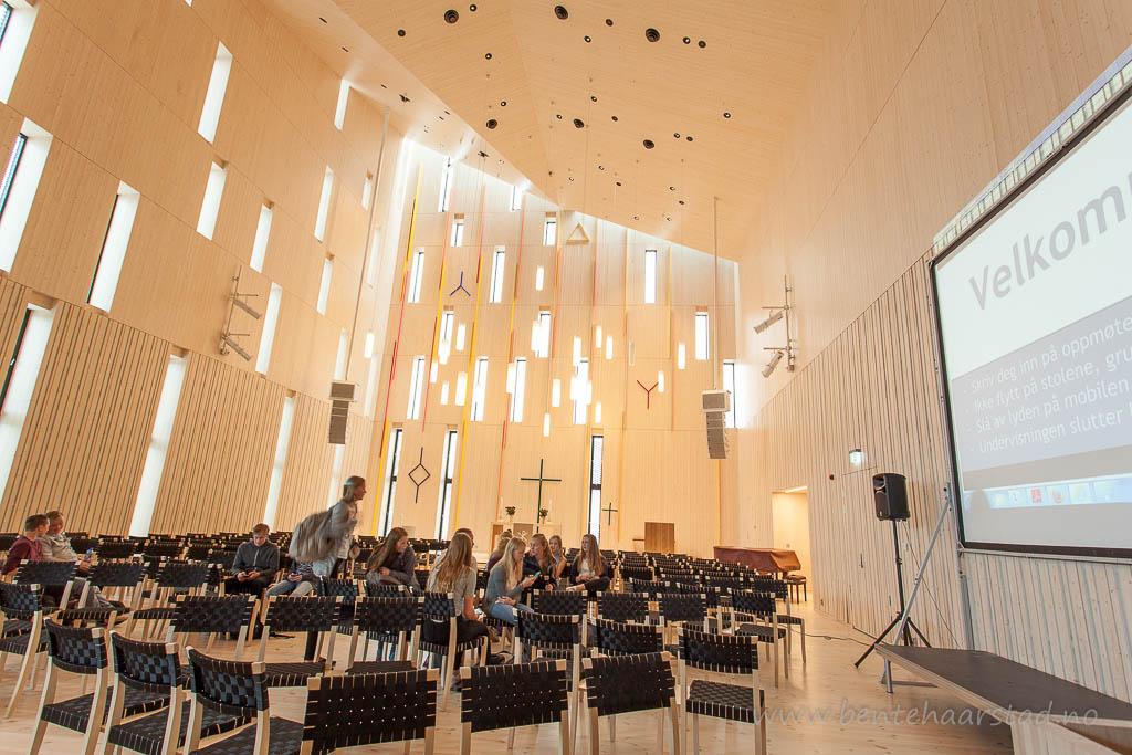 Konfirmanter. Interiør fra den nye Stjørdal kirke. Kirka er en intergrert del av kulturhuset i Stjørdal, Kimen, og er tegnet av Reiulf Ramstad Arkitekter / JSTArkitekter / Lusparken Arkitekter. Vigslet 30. august 2015.