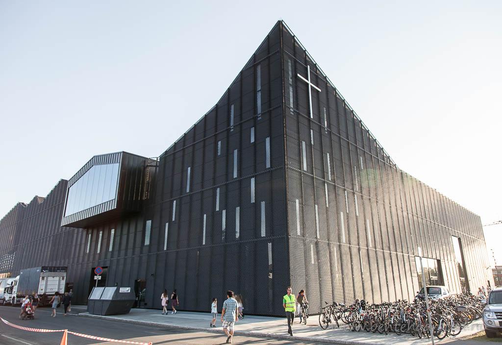 Fra åpningen av Kimen Kulturhus i Stjørdal, Nord-Trøndelag, Bygget omfatter også Stjørdals første kirke i sentrum, og kirka er landets første bygd i et kulturhus med ulike aktiviter som bibliotek og kino.