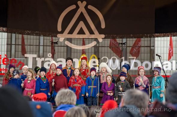 Barnekoret fra Åarjel-Saemiej Skuvle, sameskolen på Snåsa, sang blant annet den samiske nasjonalsangen under åpningen av Tråante 2017, på Torget i Trondheim.